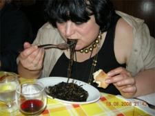 czarny makaron z sosem z mątwy...