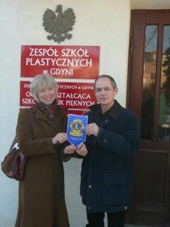 JOANNA WASILUK i ROMAN HINZ PRZED WEJSCIEM do SZKOŁY - proszę kliknąć, by powiększyć zdjęcie