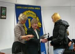 Prezydent Joanna Wasiluk wręcza symboliczny czek - stypendium LC Gdańsk Amber - proszę kliknąć, by powiększyć