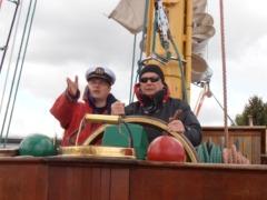 Prezydent LC Warszawa Centrum Mieczysław Szczepański także otrzymał marynarski przydział. Na zdjęciu razem z kpt. Markiem Ihnatowiczem wyprowadzają ZAWISZĘ z portu w Gdyni - proszę kliknąć na miniaturkę, by powiększyć zdjęcie