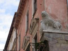 Rzeżba lwa na kamienicy w centrum miasta, której odrestaurowanie sfinansowali polscy Lioni